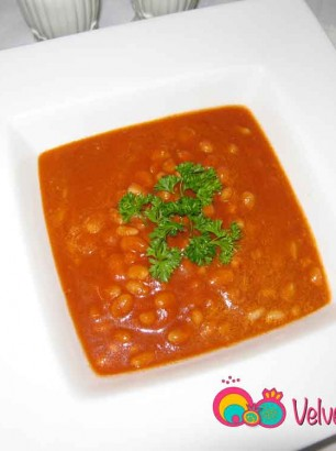 Northern beans in tomato sauce.